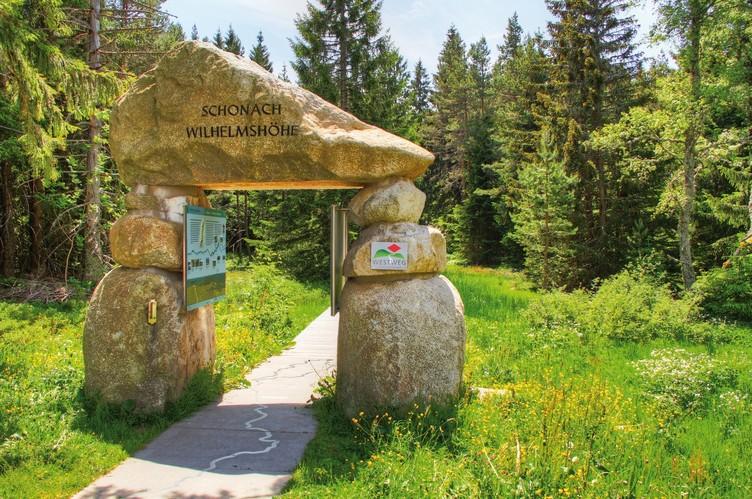Der Eingang in die Natur des Westweges in Form eines Steinportals