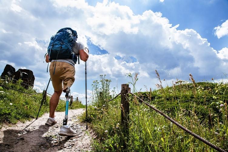 Mann mit Bein-Prothese beim Wandern