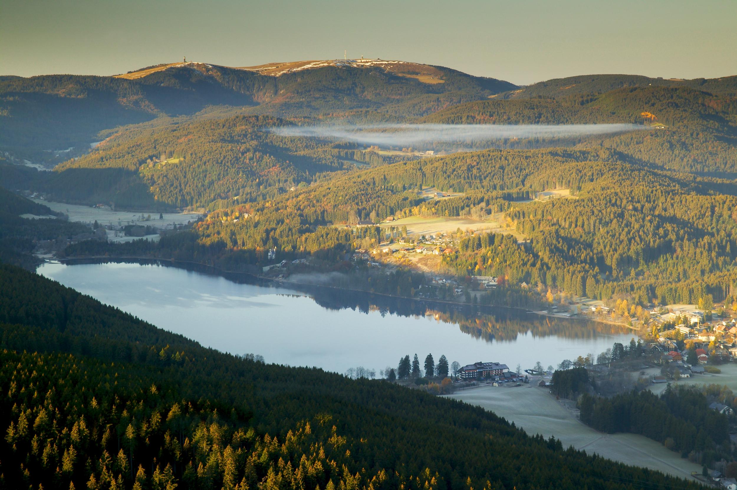 Westweg: Titisee und Feldberg vom Hochfirst aus gesehen