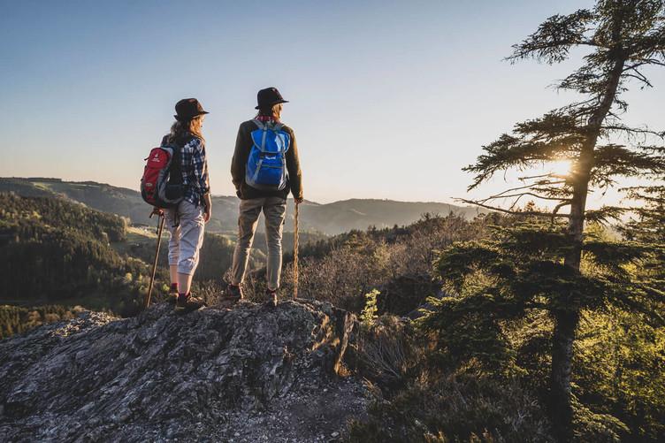 Zwei Wandererinnen auf dem Westweg schauen von einem Felsen ins Tal