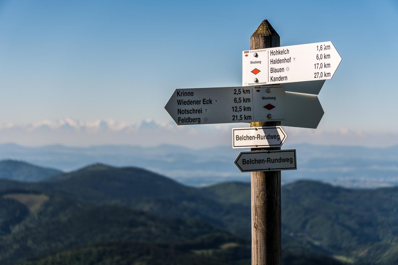 Wegekreuz des Schwarzwaldvereins auf dem Belchen © Chris Keller / STG