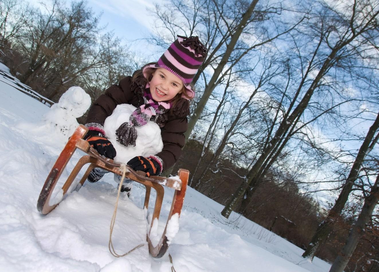 Rodeln Holzschlitten Kind ©123RF