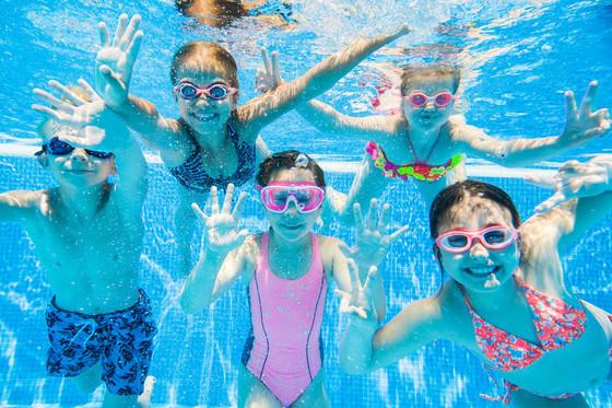Schwimmbad Kinder unter Wasser Copyright yanlev / 123rf