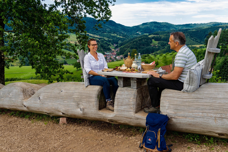 Picknick an der langen Baumstammbank auf dem Genießerpfad Harmersbacher Vesperweg