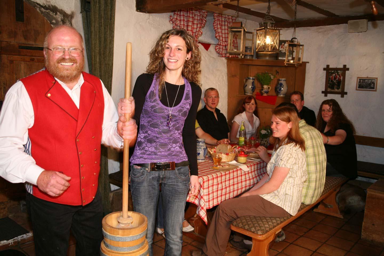 Buttern im Butterfass in Vollmer´s Mühle, Seebach