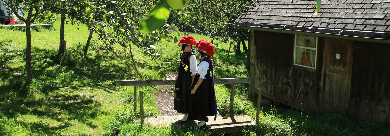 Bollenhutmädels unter Apfelbäumen