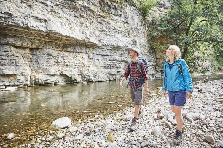 2 Wanderer in der Schlucht Angebote