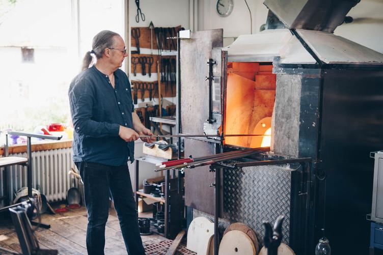Herrischried_2019  Glaswerkstatt - Dirk Bürklin am Ofen