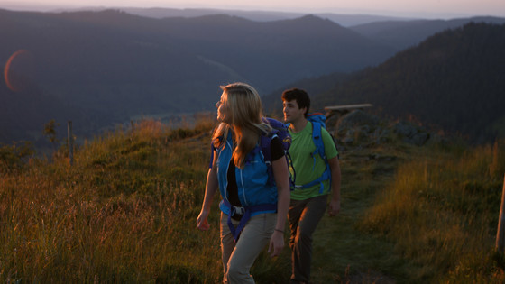 Wandern auf dem Westweg bei Sonnenuntergang