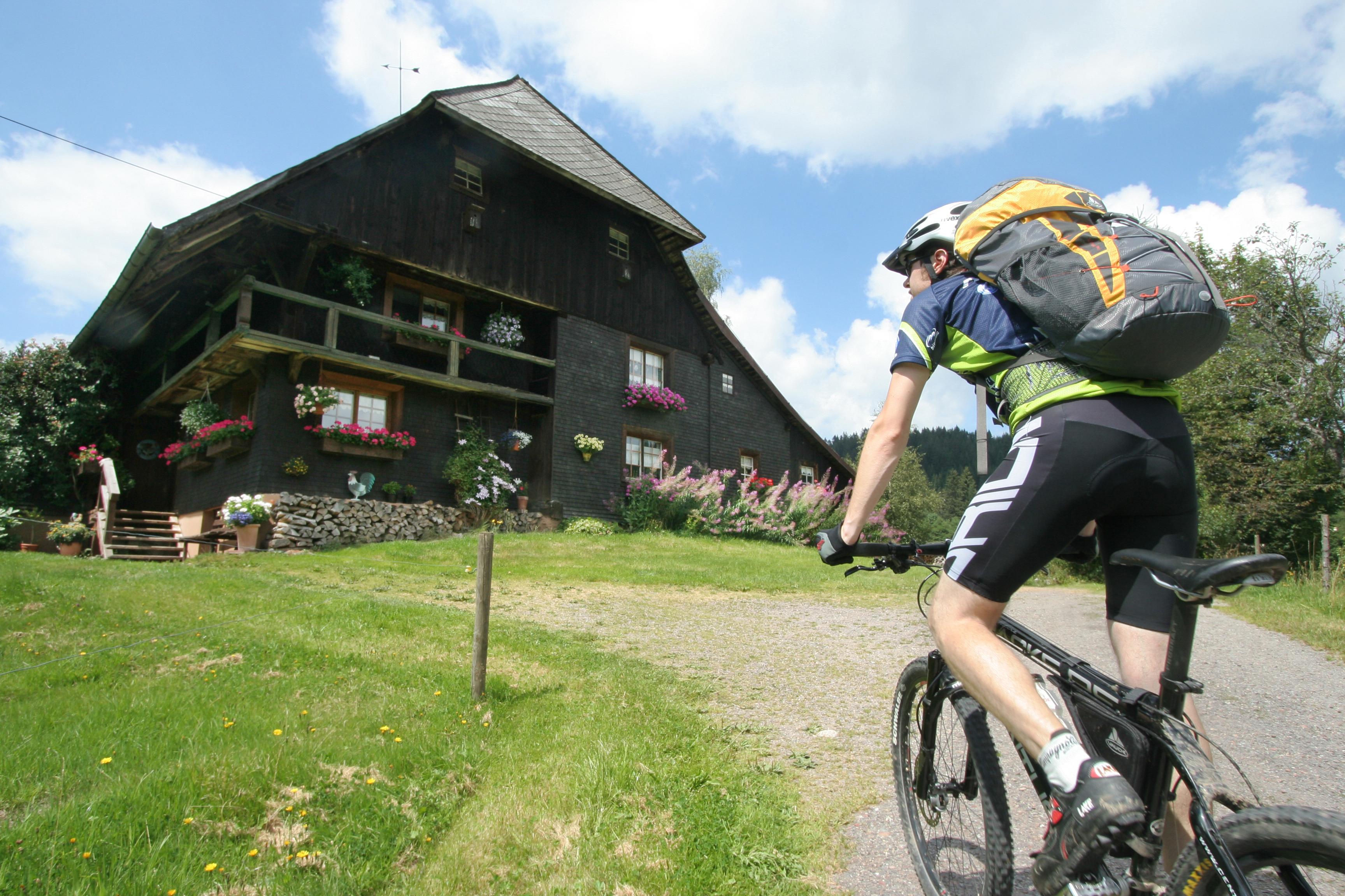 Mountainbike Biler Schwarzwaldhaus © Gerhard Eisenschink/STG