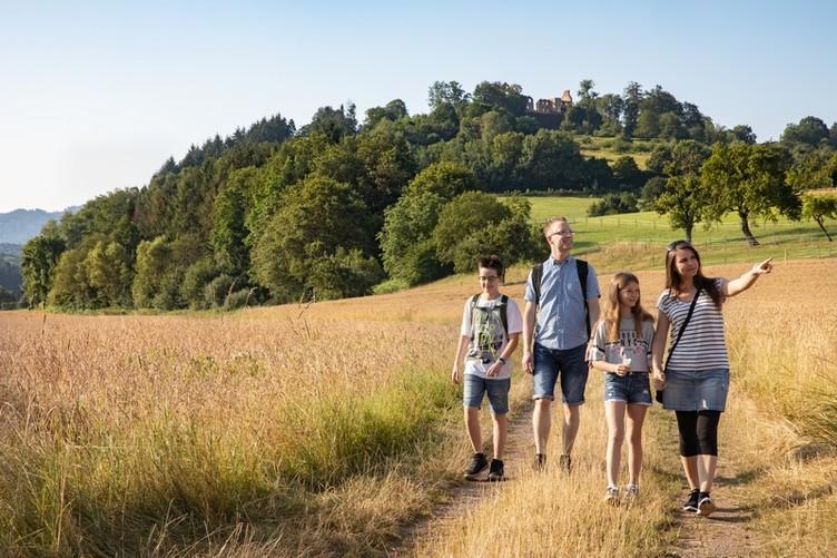 Auf dem Weg zur Ruine Hochburg bieten sich immer wieder schöne Ausblicke in die Landschaft