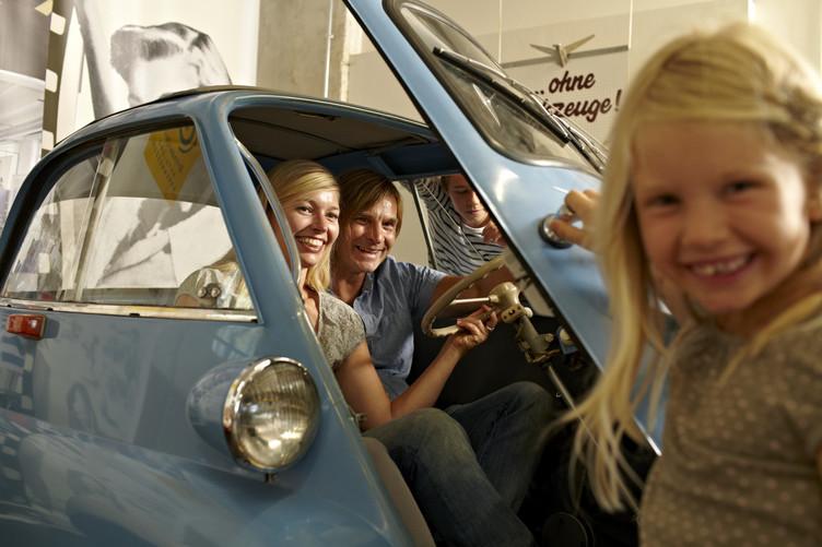 Familie in Auto in der Auto & Uhrenmuseum ErfinderZeiten Schramberg