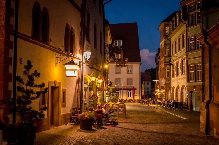 In der blauen Stunde entwickelt Die Altstadt von Villingen ein ganz besonderes Flair