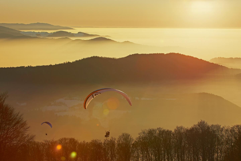 Gleitschirmfliegen mit Blick auf Blauen und Rheinebene © Erich Spiegelhalter/Schwarzwald Tourismus
