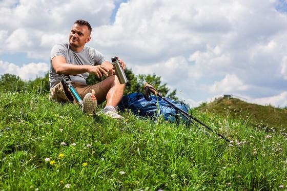 Mann mit Bein-Prothese beim Rast machen