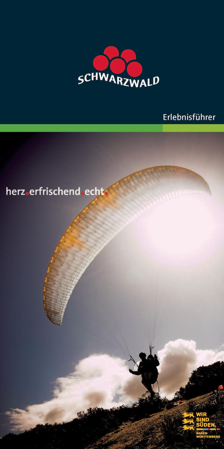 Prospekt Titelseite mit Gleitschirmflieger