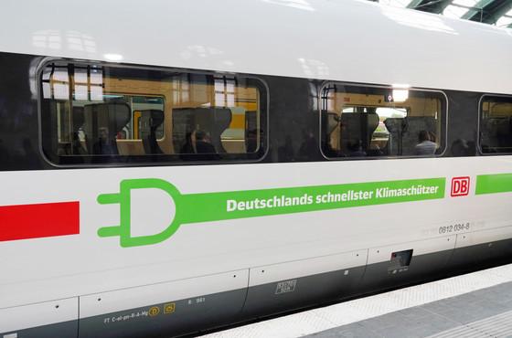 ICE in grün © Deutsche Bahn AG / Volker Emersleben