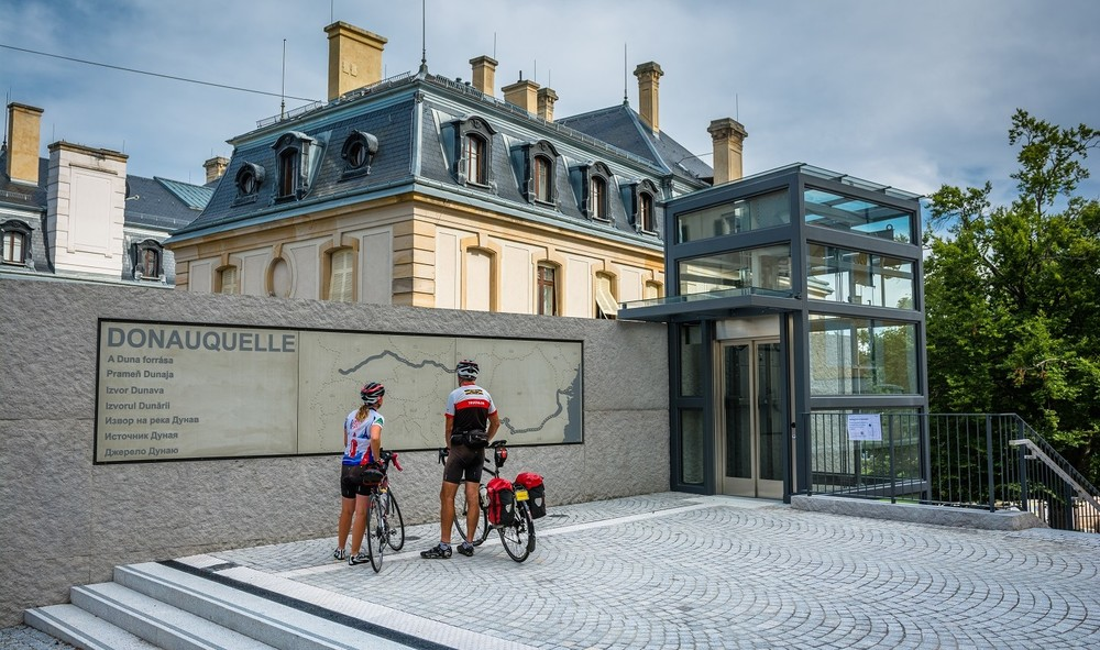 Radfahrer auf dem Vorplatz Donauquelle