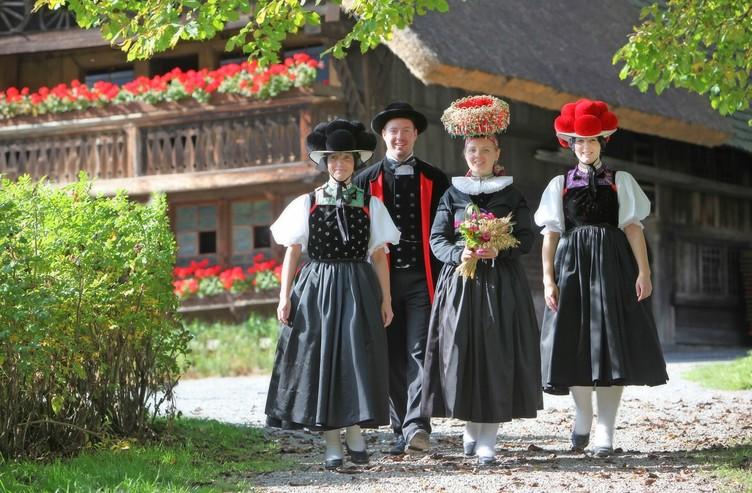 Trachtengruppe vor Vogtsbauernhof
