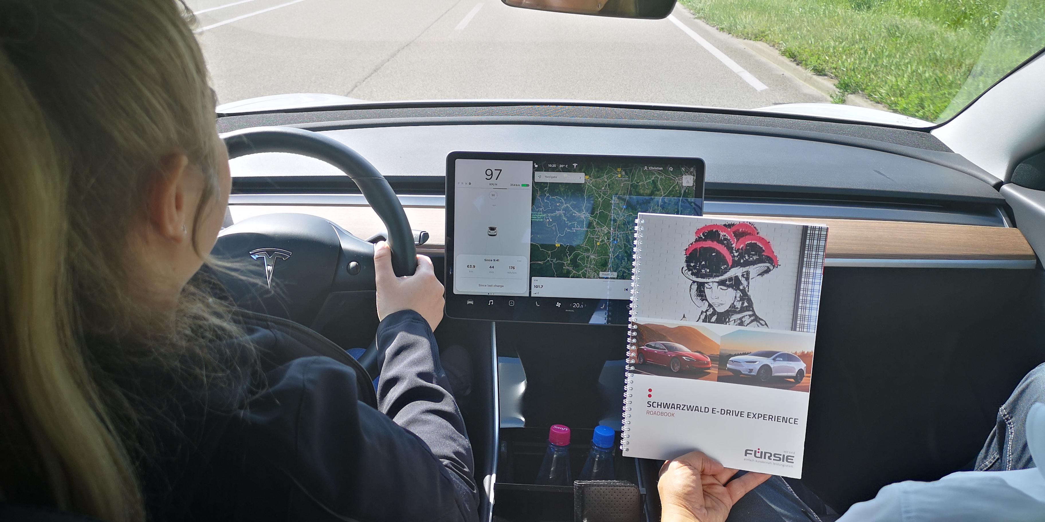 Tesla mit Road-Book