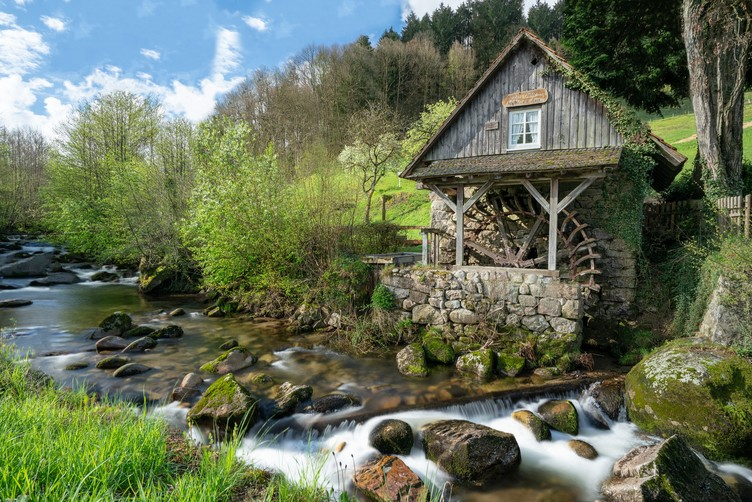 Rainbauernmühle Ottenhöfen-Furschebach mit Fluss im Vordergrund