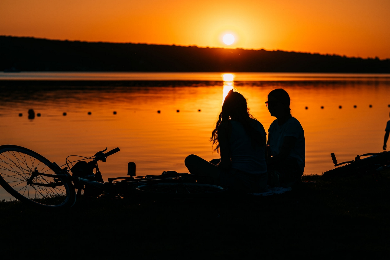 Fluss Frauen Abendstimmung Sonnenuntergang Rad ©123RF