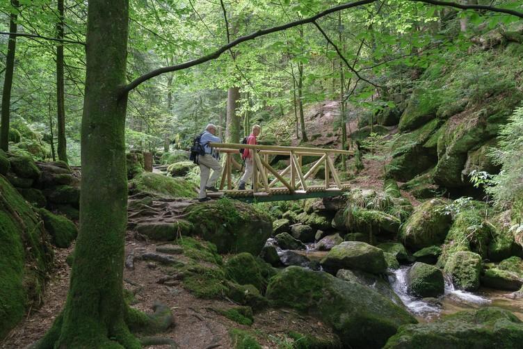 Wanderer durchqueren die Gertelbach-Wasserfälle