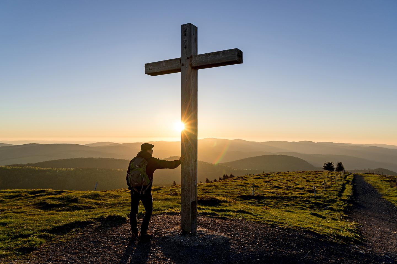 Gipfelkreuz auf dem Belchen bei Sonnenaufgang