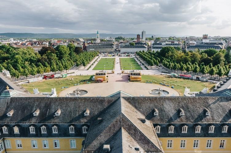 Karlsruher Schloss aus der Luftperspektive mit Vorgarten